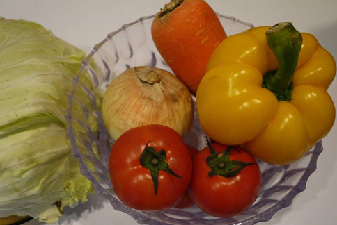 蔬菜冷湯材料:番茄1顆、洋蔥半顆、葫蘿蔔半條、高麗菜1/4顆。(圖片提供/營養師趙函穎)