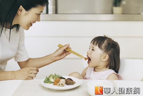家長要讓小孩子不再挑食,以身作則、保持耐心是關鍵。