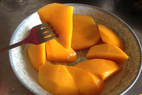芒果的營養價值豐富,具有潤腸通便的效果,但中醫師提醒吃太多或食用方式不對,容易誘發過敏。(攝影/黃志文)