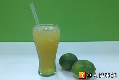 營養師趙函穎則示範自己在家DIY,製作同口感的「翡翠檸檬茶」。(攝影/黃子倫)