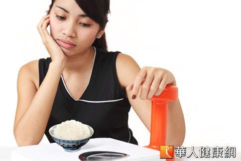 不吃澱粉只吃肉類等蛋白質的減重法,可能會造成身體出現酮酸中毒的現象。