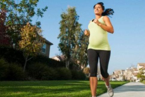 孕婦養成規律運動,有助於減少剖腹產風險。(圖片/取材自英國《每日郵報》)