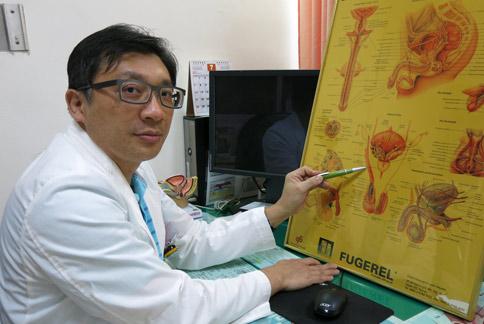 林修民醫師表示,一旦精索發生扭轉,情況就像血管打結,若未及時治療會影響生殖能力和性功能。(圖片提供/豐原醫院)