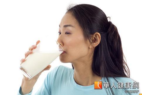 女性在月經期間常有身體不適、睡不安穩的情況,建議睡前喝一杯加蜂蜜的溫牛奶幫助入睡。