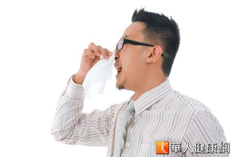 天氣熱,冷氣房進進出出,許多人因無法適應溫度變化,出現打噴嚏、流鼻水等過敏症狀。
