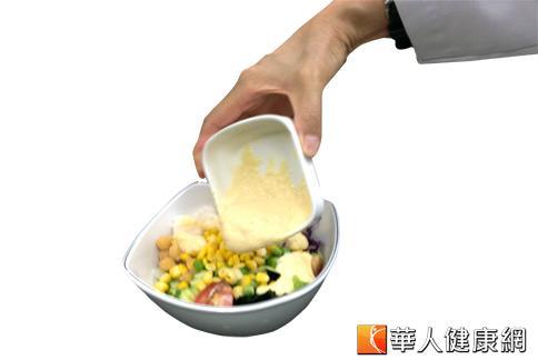 生菜沙拉雖低卡,但若淋上滿滿的千島醬、凱薩醬,熱量同樣破表。(攝影/黃子倫)
