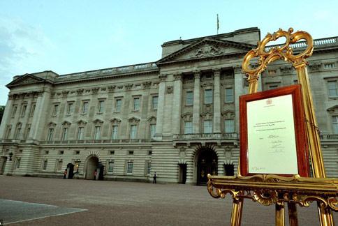在白金漢宮外擺立的劍橋王子誕生公告。(圖片/取材自英國《每日郵報》)