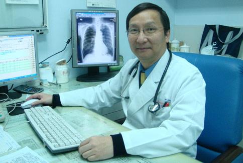 郭綜合血液腫瘤科主任何民康(如圖)醫師指出,大腸直腸癌病人接受化療合併標靶藥物治療,其實是「辛苦而不痛苦」。(圖片提供/郭綜合醫院)