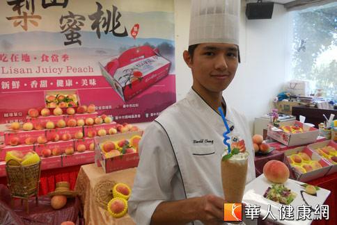 「型男主廚」張家峰(如圖)利用水蜜桃,親自示範夏日冰品:「梨山蜜桃冰沙」。