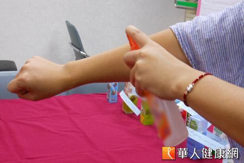 防蚊液和防曬品同時使用可能引發中毒反應,石博宇醫師提醒兩者使用應間隔15分鐘。(攝影/駱慧雯)