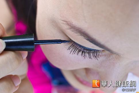 睫毛膏是許多女性必備的化妝品,可以幫眼神加分、是方便好用的彩妝產品。