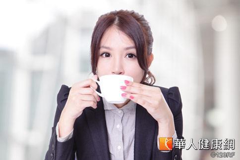 上班族工作緊張、壓力大,喝大量咖啡容易胃食道逆流。