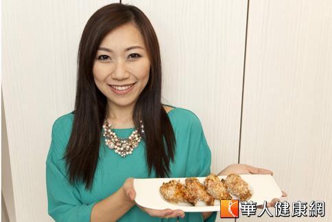 矽谷美味人妻謝凱婷示範一道不卡油的香辣蒜香炸雞翅。(攝影/黃志文)