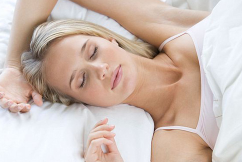 女性普遍較常出現睡眠不足、睡不好的現象,因此臉部也較容易出現老化痕跡。(圖片/取材自英國《每日郵報》)