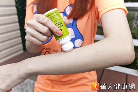 夏季是蚊蟲活動的高峰期,許多民眾為了防止被叮咬,選購防蚊產品保護。(攝影/黃志文)