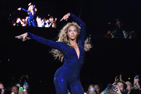 碧昂絲不追求時下流行的紙片美女,相信對於自己身材有自信、並保持健康,才是最美麗的秘訣。(圖片/取材自美國《赫芬頓郵報》)