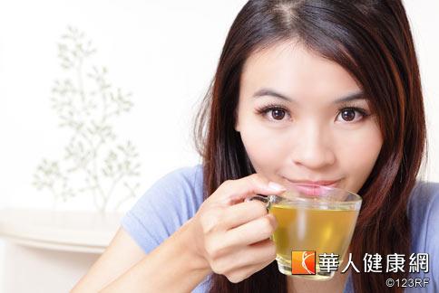 夏季天氣熱,是異位性皮膚炎的好發季節,中醫師建議喝些可涼血祛濕的茶飲,增進皮表抵抗力,可預防發作。