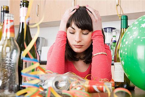 宿醉不只會引起頭痛、嘔吐現象,甚至對於大腦的反應能力及記憶也有影響。(圖片/取材自英國《電訊報》)