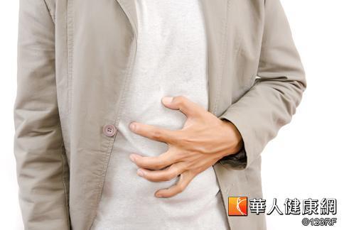 胃酸逆流的症狀包括在上腹部、胸部或喉頭有灼熱感,嚴重者可感覺到酸性液體從食道逆流至喉頭。