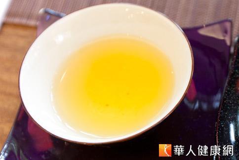 夏季空氣乾燥,民眾常有咳嗽、喉嚨乾癢的情況,中醫師建議喝些潤燥的養生茶緩解不適。