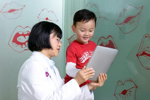 語言職能治療師曾鳳菊(左)指出,早期介入治療,逾8成的幼童,在16歲前可改善口吃症狀。(圖片提供/職能治療師曾鳳菊)