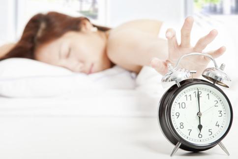 不少人都有愛賴床、又會睡過頭的狀況,重視自己的睡眠周期與生理時鐘,才能擺脫壞習慣。(圖片/取材自《赫芬頓郵報》)