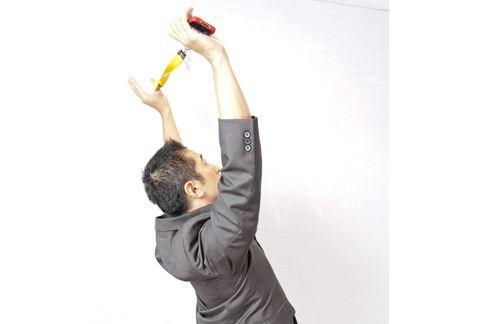 第四招:手機繩塑腹背操,雙手握繩放置於腹前吸氣準備。(攝影/楊伯康)