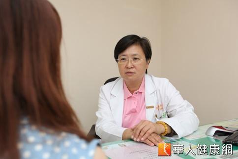 陳芳萍醫師表示,目前緩解更年期症候群以荷爾蒙補充療法為主,但實際情況應視個人病症而定。(攝影/黃志文)