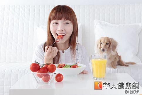 依「彩虹蔬果」原則,多方食用不同蔬菜、水果,補充體內各種營養素,才能保健滿分。