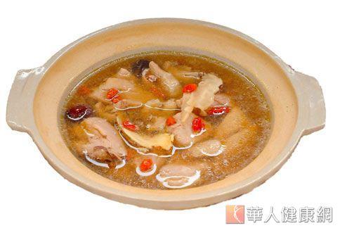 秋天咳嗽不斷怎麼辦?中醫師建議吃些何首烏雞湯可保護呼吸道,預防緩解喉嚨乾癢想咳的症狀。