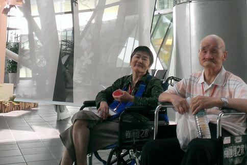 皆罹患失智症的王爺爺和王奶奶,結褵50年鶼鰈情深,就算病魔讓他們忘了全世界,卻依然認得彼此。(圖片提供/光田醫院)