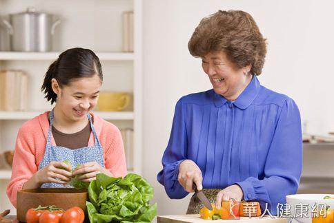 除了喝牛奶、吃鈣片補鈣,吃青菜也能對抗骨質疏鬆。