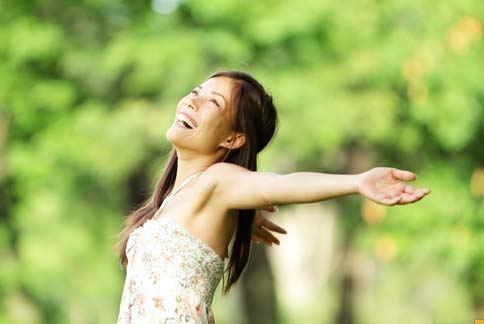 女性生理期常有腹痛的症狀,中醫認為與氣滯、血瘀、寒凝或痰濕有關。
