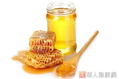 網路流傳吃蜂蜜能壯陽,中醫師駁斥為誤傳。