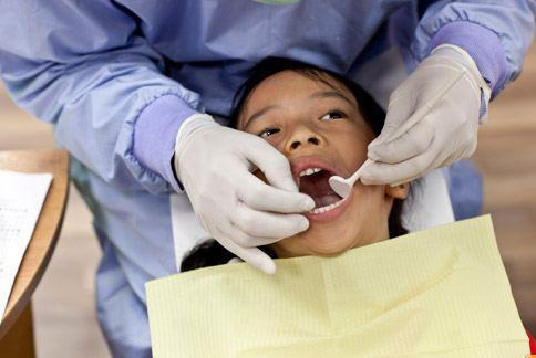 幼兒看牙齒,家長應與牙醫師通力合作。(華人健康網/資料照片)