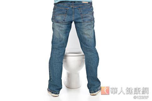 年輕人若早晨的第一泡尿有久置不消散的現象,應盡快就醫確認是否有蛋白尿的症狀。