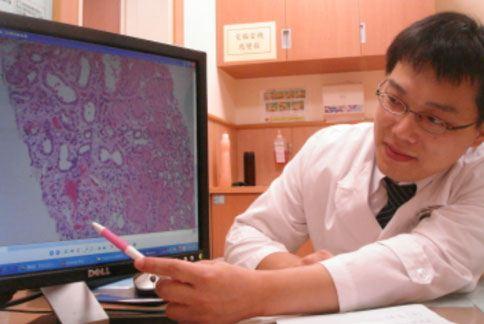 高中生的腎臟切片經基本染色後,在光學顯微鏡下,可看到腎絲球硬化的部份比較紅,代表患者已出現局部腎絲球硬化、纖維化的現象。(圖片提供/台中慈濟醫院)