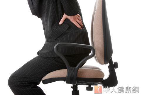 上班族每天一坐著就是好幾個小時,常常這裡痠、那裡痛,尤其時下班時一站起來,才發現自己的腰好僵硬。