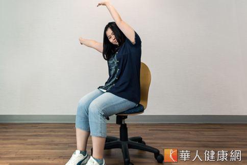 就是抬頭挺胸版本的伸懶腰,將雙手高舉過頭、往左右輝動,可伸展肩頸肌肉、舒緩上肢不適。(攝影、示範/楊伯康、洪毓琪 )