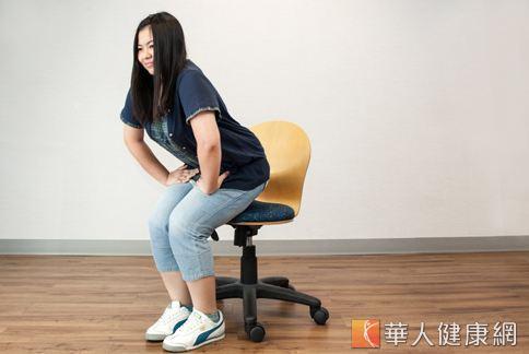 在椅子上先縮緊肛門,夾緊屁股微微抬離椅子,再放鬆坐下,讓久坐的屁股與臀肌放鬆。(攝影、示範/楊伯康、洪毓琪 )