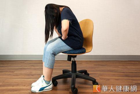 先坐挺身體,接著縮胸、收小腹,將腰往後延展。(攝影、示範/楊伯康、洪毓琪 )