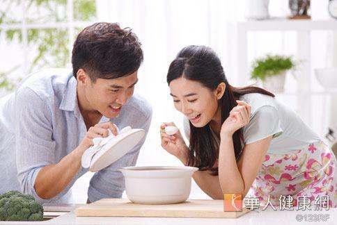 中藥茶飲是依據辨症論治依體質來調理體質,不僅可健康瘦身,料理過程中,更可增進夫妻互動情趣。
