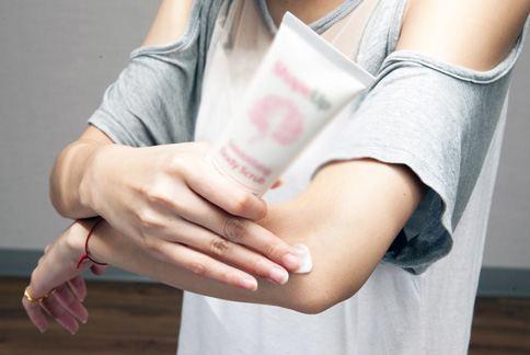 手肘、肚皮等乾燥粗糙部位,可以使用去角質產品變滑嫩。(圖片/華人健康網)