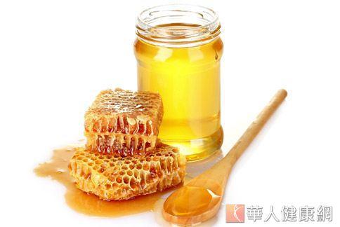 喝蜂蜜水真的能緩解喉嚨不適嗎?中醫師認為蜂蜜泡水後,只能補充微量元素和維生素,對潤喉的效果有限。
