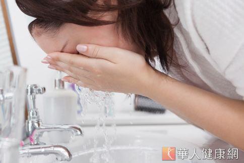 用清水洗臉、做好防曬保濕,簡單就能擁有素顏也美麗的肌膚。