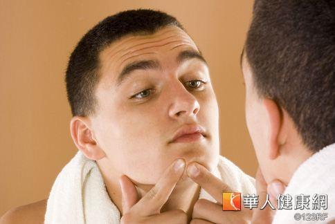 男性臉部問題大多以痘痘、出油與毛孔粗大居多,從清潔就要開始注意保養。