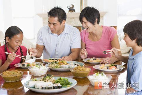 國外研究發現,和父母共餐的孩子會多吃蔬果,不容易有偏食習慣。