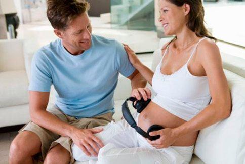 已有研究指出,胎兒對音樂與閱讀書籍的聲音有反應,而芬蘭最新研究發現,胎兒的記憶,會延續到出生以後。(圖片/取材自《每日郵報》)