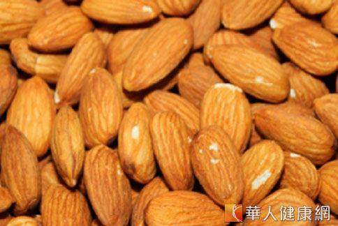 杏仁味甘性平能潤腸通便。