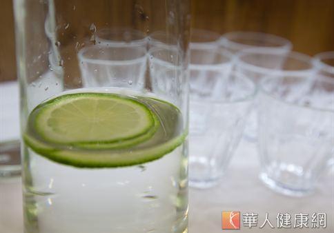 烤肉時可將檸檬水代替碳酸飲料。(華人健康網資料照片)